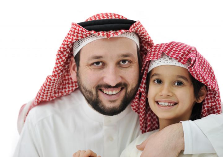 كيف تؤثر الأبوة على سعادة الرجال باختلاف أعمار الأبناء؟