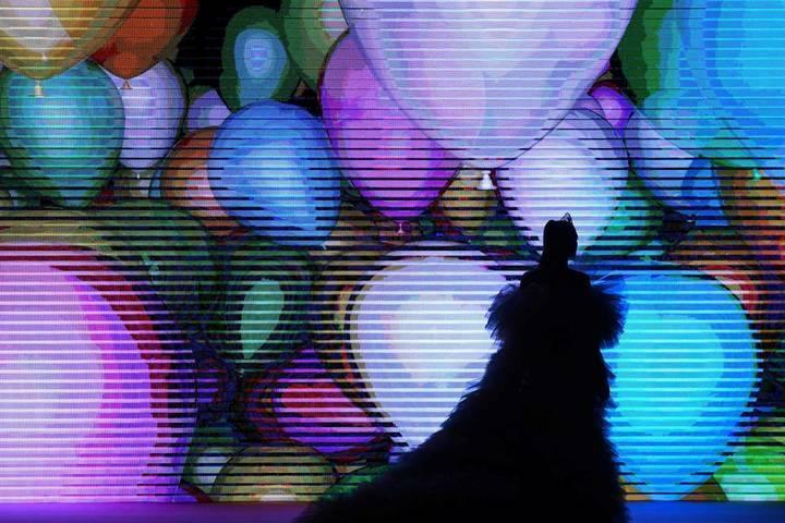 عرض بهلواني خلال أسبوع مرسيدس بنز للموضة!
