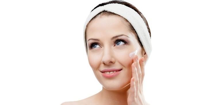 فوائد تقشير الوجه وأفضل خلطات لبشرة صافية