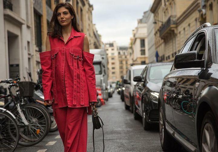 صيحات مثيرة للجدل تسيطر على الشوارع الباريسية خلال اليوم الثالث من أسبوع الموضة