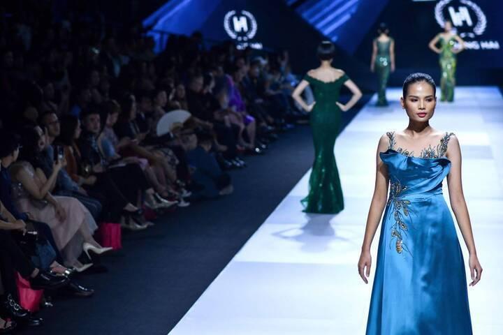 أسبوع الموضة في فيتنام يقدّم أجمل الإطلالات الزرقاء
