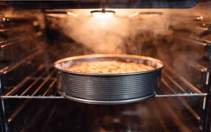 حيلة سهلة جداً لإصلاح قالب الكيك المحترق... وهكذا تزيلين الرائحة من مطبخك