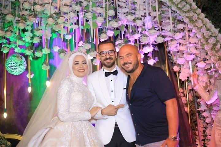 مش محتاجة واسطة.. محمود العسيلي يحيي حفل زفاف إحدى معجباته