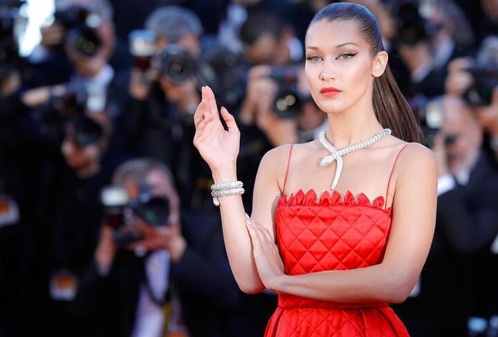 جاذبية بيلا حديد باللون الأحمر في عيدها الـ 23