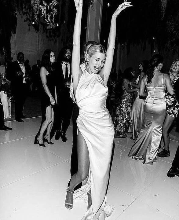 هايلي بيبر تكشف عن فستان زفافها الثالث وحذائها الرياضي!