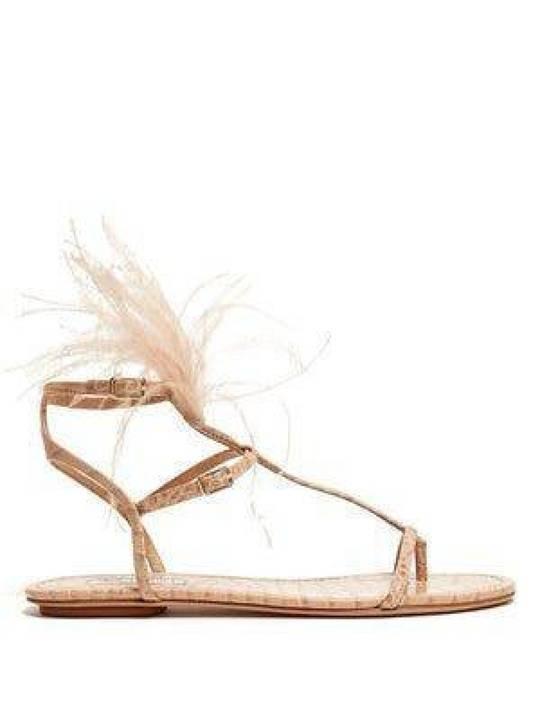 ممثلة شهيرة تصدم الجميع بانتعال حذاء بسيط جداً بثمن باهظ... إليكم التفاصيل