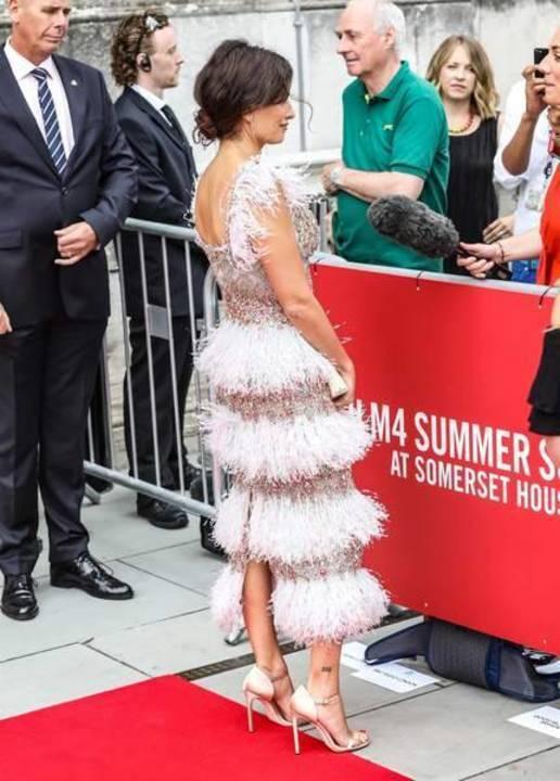 بينيلوبي كروز تشعّ بريقاً في فستان من الرّيش اللمّاع