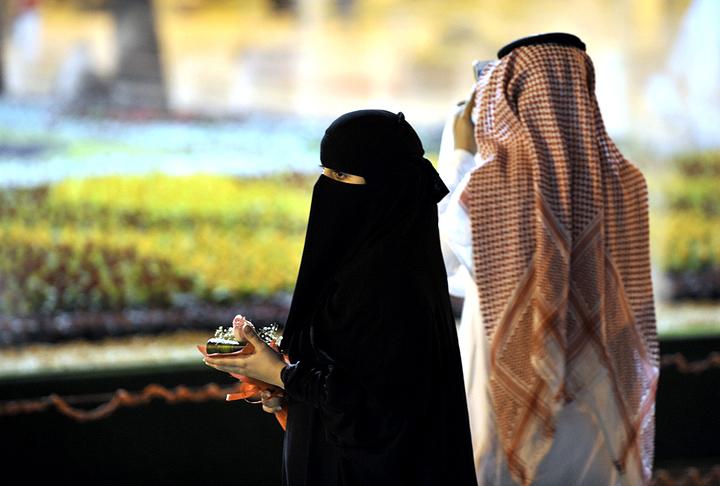 هل يجوز الزواج في رمضان؟ وما حكم من جامع زوجته أثناء الصيام؟