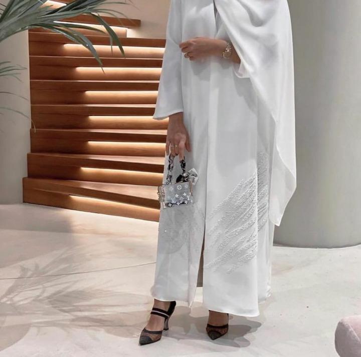 عبايات باللون الأبيض موضة 2019 تخفي عيوب الجسم