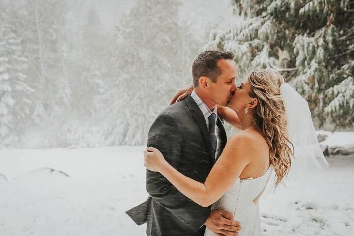 حبيبان يتحدّيان الطبيعة ويتزوّجان تحت عاصفة ثلجية