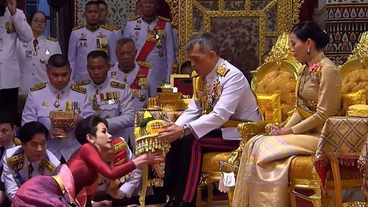 ملك تايلاند يتزوّج عشيقته في حضور الملكة (فيديو)
