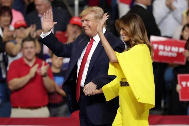 ميلانيا ترامب تتألق بالأصفر... وقبلة من الرئيس