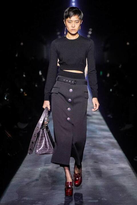 طريقة ارتداء التنورة الشتوية للمحجبات من وحي أسابيع الموضة