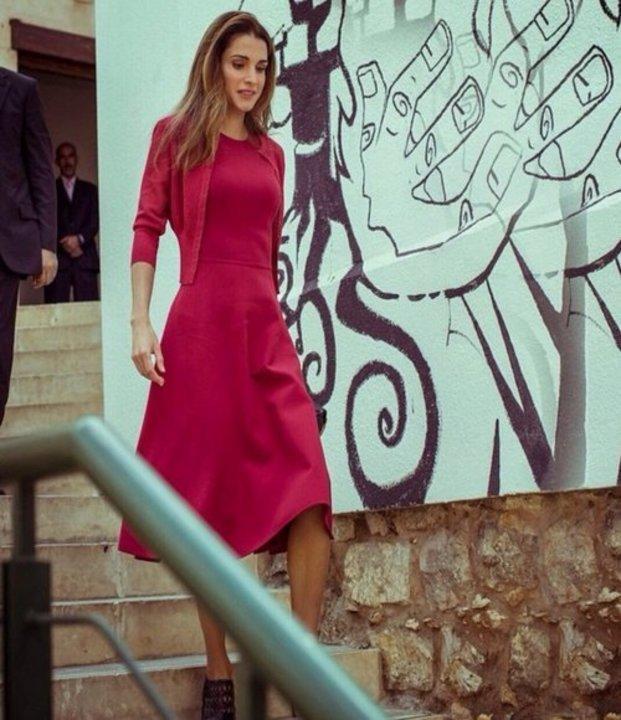 الملكة رانيا تعكس أناقة اللون الأحمر...وهذه أجدد إطلالاتها