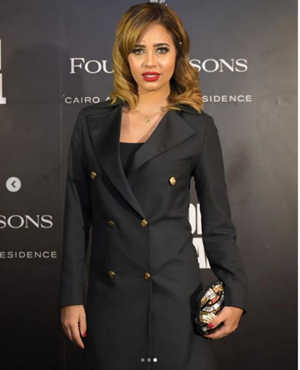 بمكياج صاخب وفستان أسود.. شاهد إطلالة رنا سماحة في cairo fashion festival