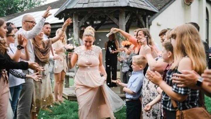 بعد الطلاق مرتين.. سيدة تعلن الزواج من نفسها في حفل زفاف ضخم