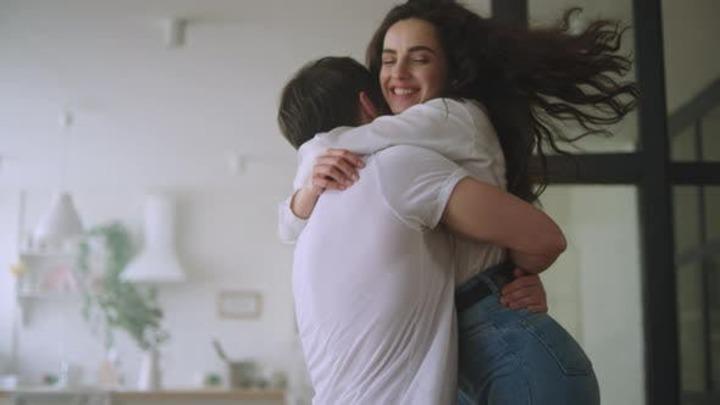 هل المداعبة الزوجية والتقبيل.. يفسد الصيام؟