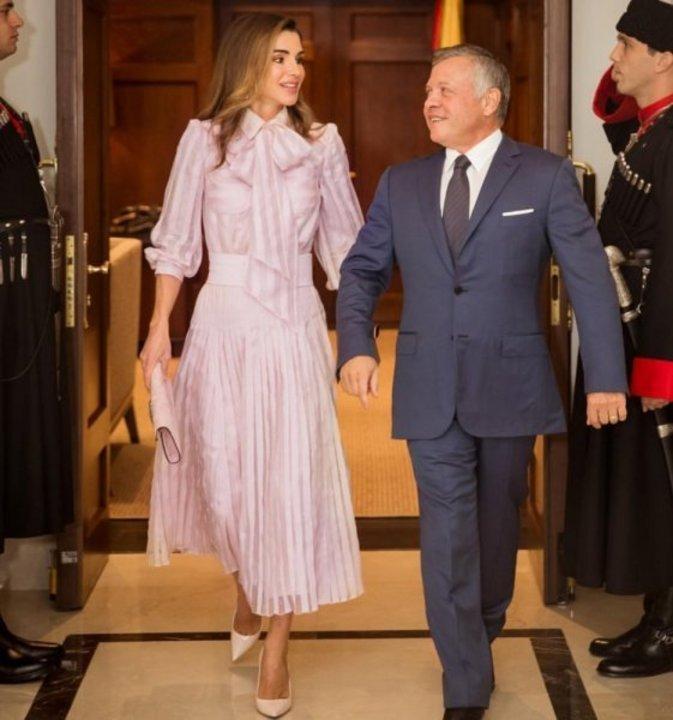 من وقّع إطلالة الملكة رانيا باللون الزهري؟