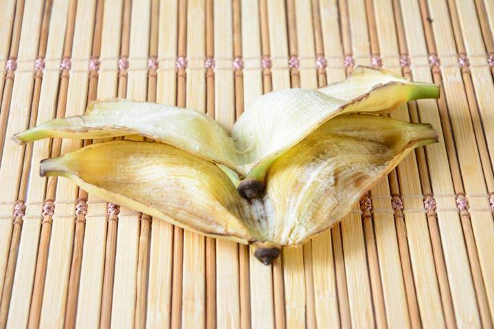 لا ماء ولا صابون... قشر هذه الفاكهة يعيد اللمعان إلى الآواني بشكل مذهل