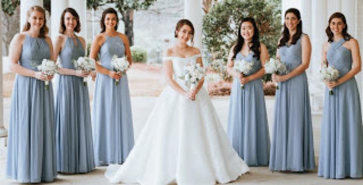 أجمل الفساتين الزرقاء بتصاميم متنوعة لصديقة العروس (صور)