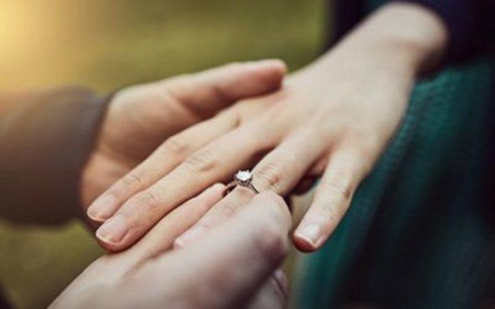 لماذا يتم ارتداء خاتم الزواج في اليد اليسرى وليس اليمنى؟