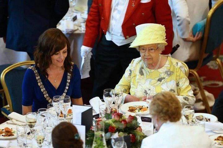 إليكم أغرب عادات العائلة الملكية البريطانية في تناول الطعام... الممنوع والمسموع
