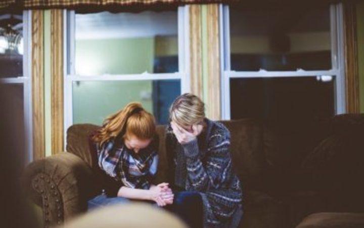 كيف تقوم بمواساة شخص حزين وتخفف عنه؟ إليك الطريقة
