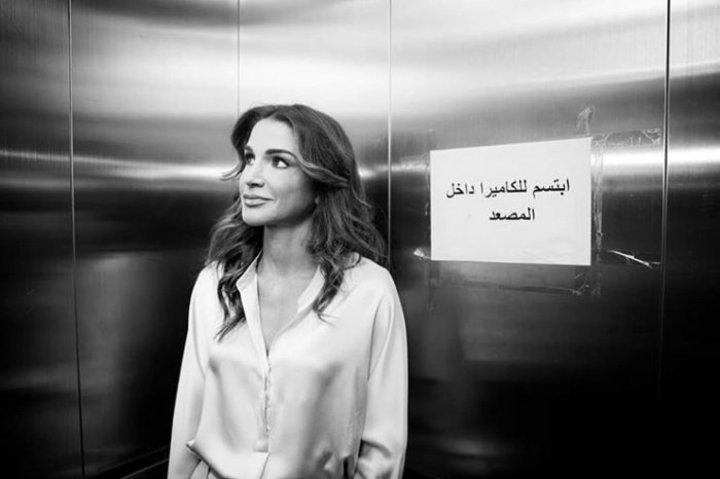 الملكة رانيا تتألق مجدداً بإطلالة أنيقة بألوان باستيل