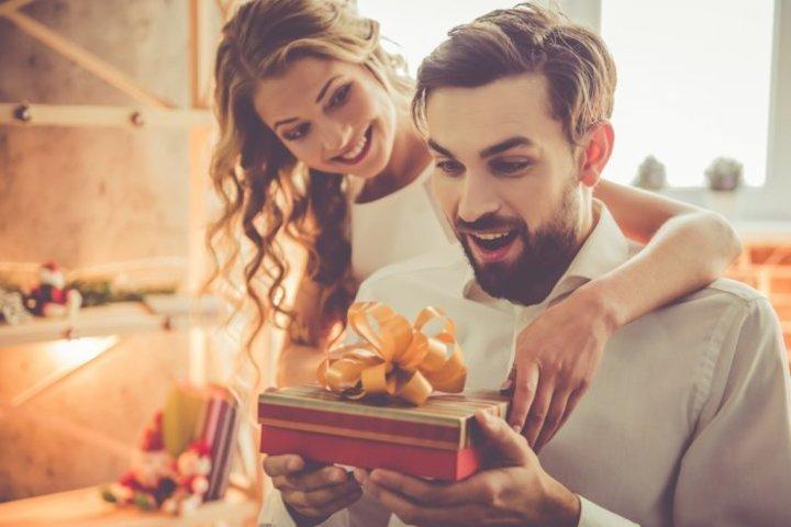 كيف تقدم العروس هدية لخطيبها بطريقة رومانسية