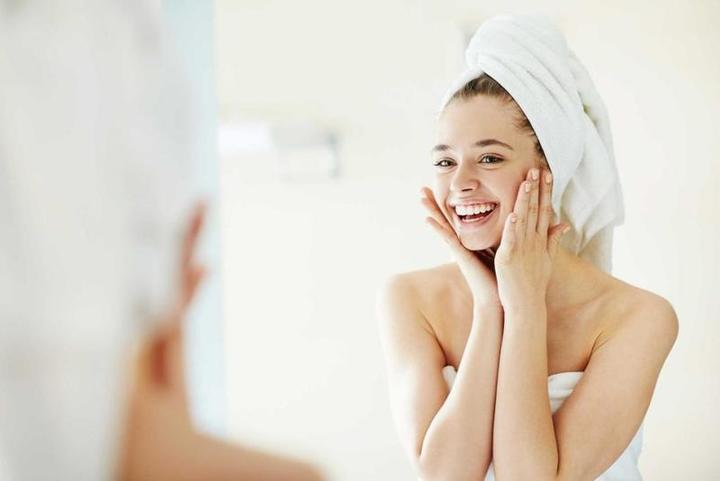 أسباب تقشّر جلد اليد والوجه.. أنتِ بحاجة لهذه الفيتامينات