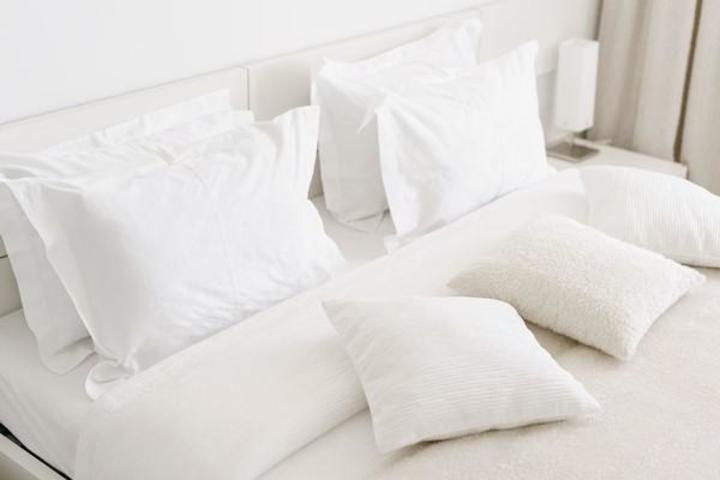 خطوات تعطير ملاءات السرير والمخدات