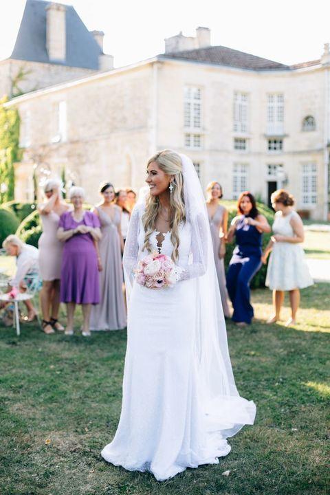 سر رمي العروس باقة الورد في نهاية حفل الزفافها؟