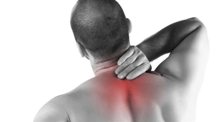 أسباب الانزلاق الغضروفي فى الرقبة.. احذر| هذه الحركة تسبب لك الألم