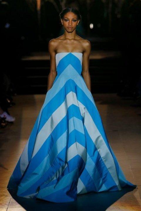 استوحي اطلالاتك بنقشة الخطوط من عروض الأزياء العالمية !