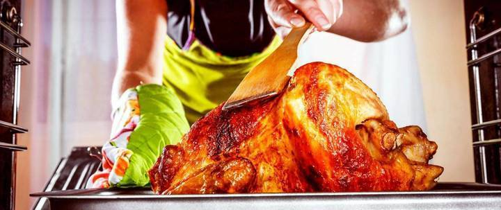 للحصول على دجاج مشوي طري مع جلد مقرمش إليك هذه الحيلة السهلة جداً